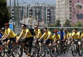 Almost 1,000 cyclists from 20 countries broke the Guinness World Records world record for the longest single line of bicycles in the Bosnian capital Sarajevo. With the support of the International Cycling Federation, the tour was held as a part of a project to promote cycling, called the Sarajevo Grand Prix.